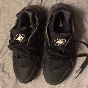 Men Nike black huaraches ,comes in original box